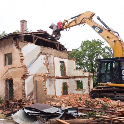 Demoliciones con maquinaria pesada