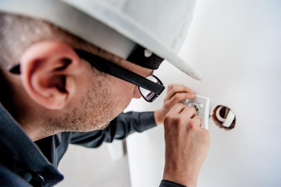 Reparar o reemplazar elementos de un sistema eléctrico