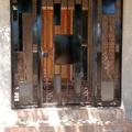 Portico de fierro con figuras de fierro artesanal