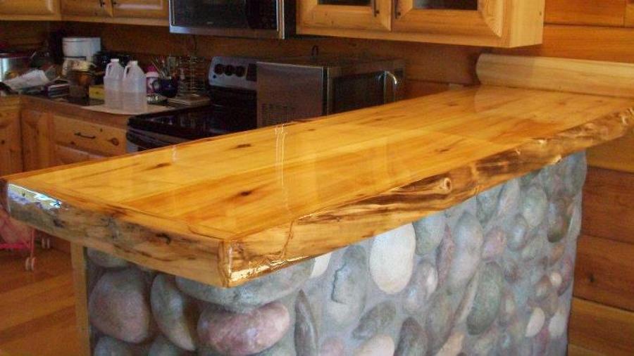 Foto mes n r stico con madera vitrificada de shojichile for Bar de madera rustico esquinero