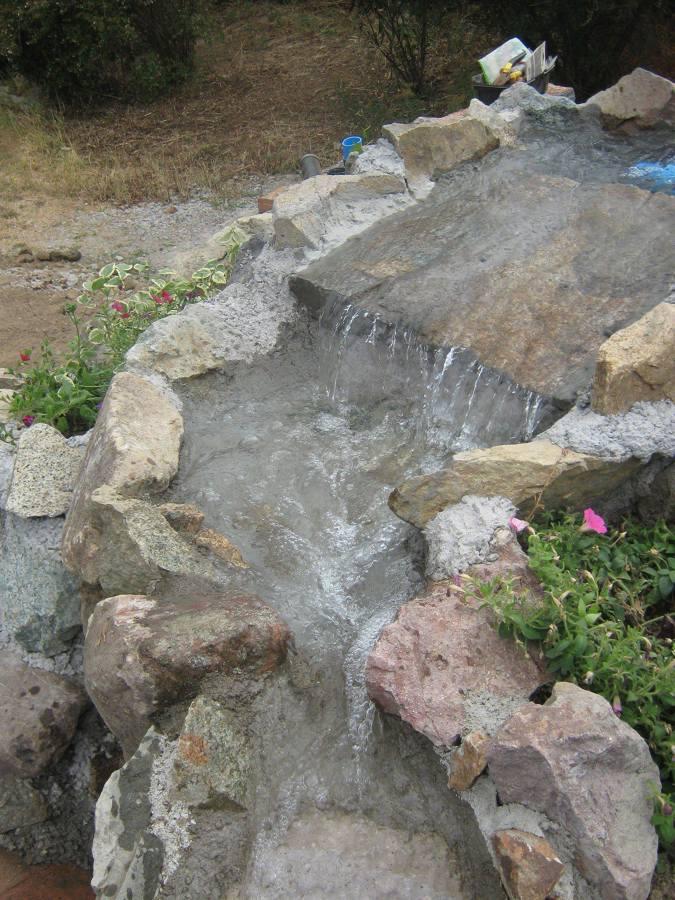 Foto cascada piedras naturales de piscinas pardo e hijos for Cascadas de piedra para piscinas