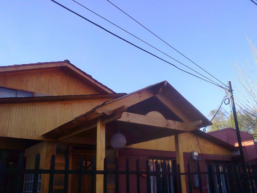 Foto cobertizo de viga a la vista en acceso principal a for Cobertizos de madera prefabricados
