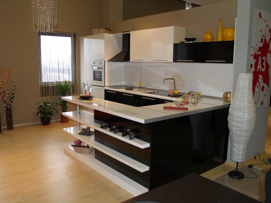 Foto remodelacion peque a cocina americana con bar de for Remodelacion de cocinas pequenas