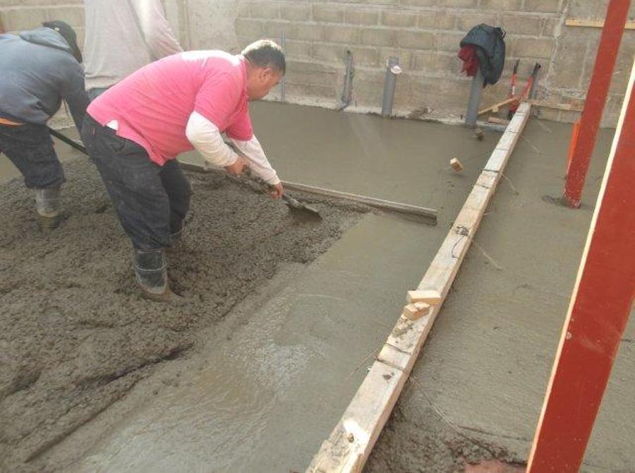 Foto colocacion hormigon radier 1er piso de constructora - Como hacer un piso de hormigon ...