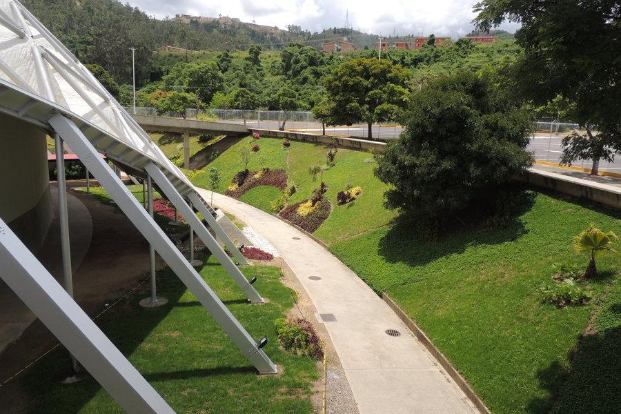 Recuperación del jardín en aro interno del poliedro Caracas Venezuela