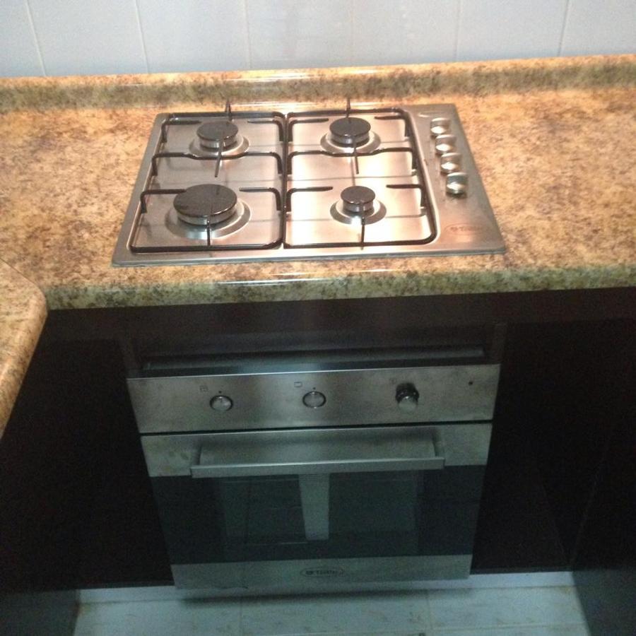 Foto encimera y horno empotrado en cubierta de muebles for Muebles para encimeras
