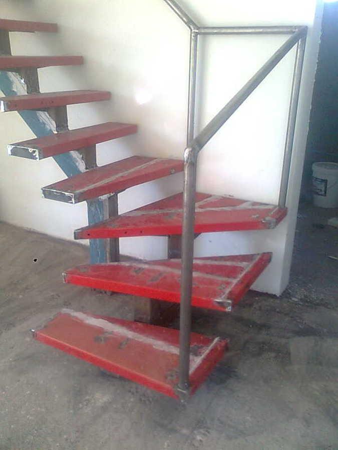 Foto escalera metalica de fernando casta eda cisterna for Como hacer una escalera caracol metalica