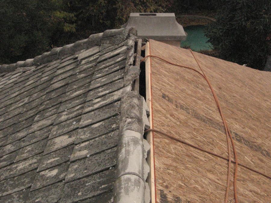 Reparación de techumbre con filtraciones de agua en casa.
