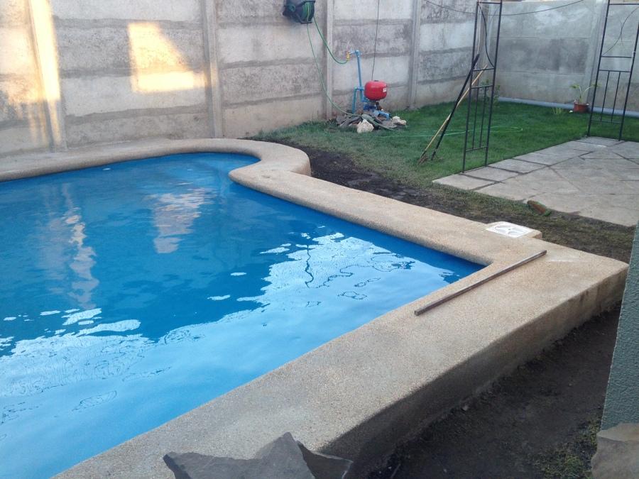 Foto piscina de con escalera de hormig n desplazada for Construccion de piscinas en santiago