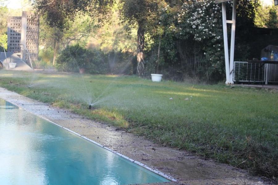 Foto riego borde piscina de proriego 223666 habitissimo for Alberca para riego