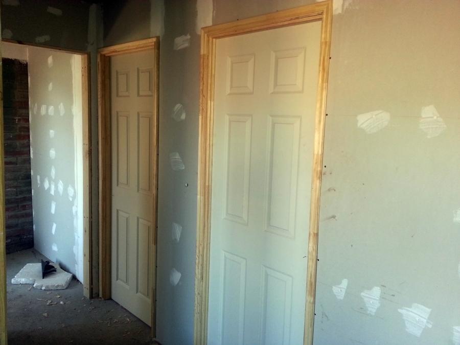 Foto instalacion de puertas y pilastras de construcciones for Instalacion de puertas