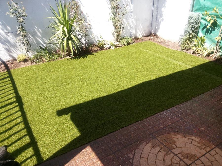 Foto jardin pasto sintetico de remodelaciones for Jardines con pasto y piedras