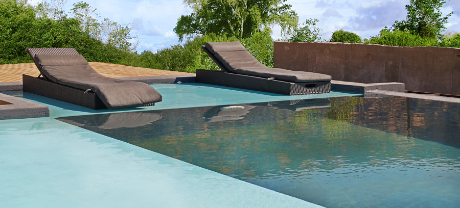 Foto piscina borde infinito de constructora plano cubico for Planos de piletas de natacion