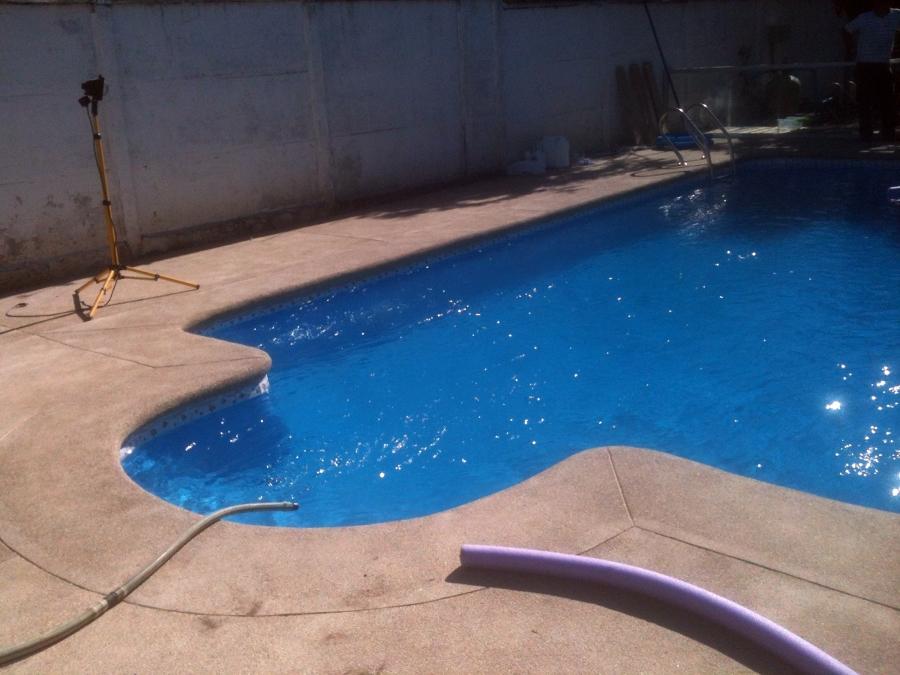 Foto piscina con escala en el centro de construcci n de for Construccion de piscinas en santiago