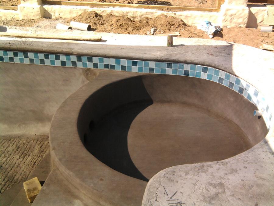 Foto piscina con jacuzzi de construcciones de piscinas y for Piscinas con jacuzzi incorporado