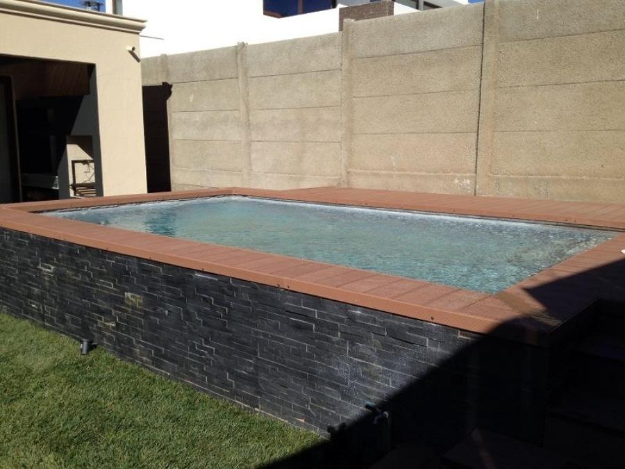 Foto piscina sobre nivel de piscinas renato rauld eirl for Piletas para espacios reducidos