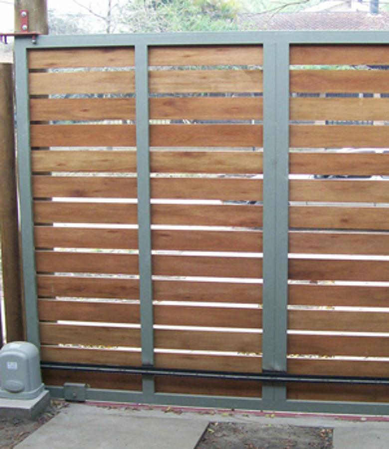 Foto portones de madera y fierro la combinaci n perfecta for Puertas y portones de madera
