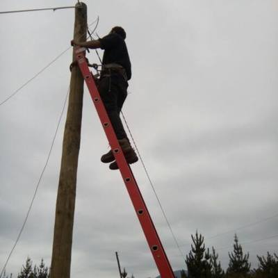 colocacion de poste de electricidad
