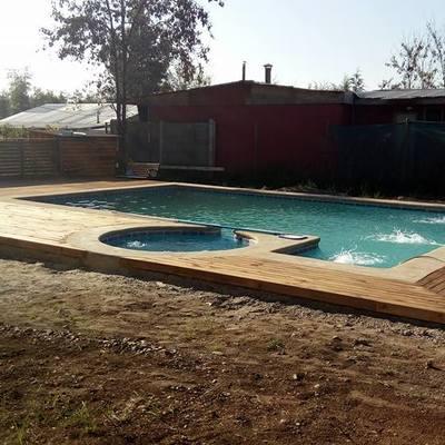piscina y deck de madera