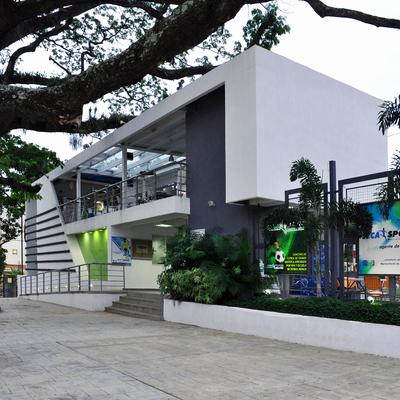 Fachada del edificio y Saman