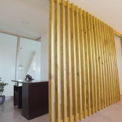 Cierre de madera en oficinas