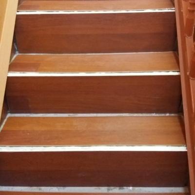 Revestimiento piso flotante en escalera