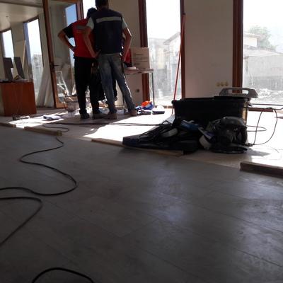 Terminación de pisos flotantes.. Iluminacion y pa eles termoacustivos en sala de ventas