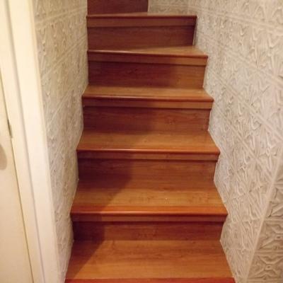 escaleras revestida con piso laminado