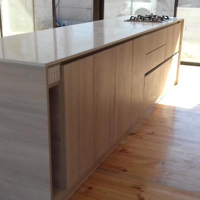 mueble madera con granito cocina