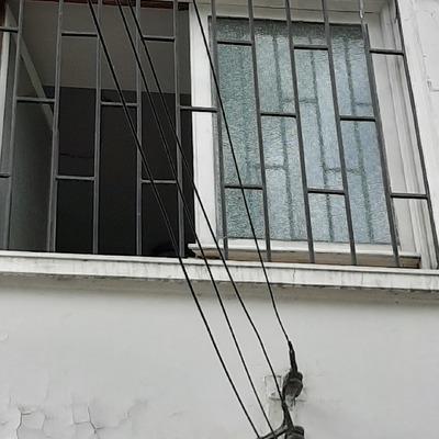 Provisión e instalación de vidrio en ventana de madera