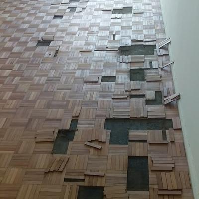 Reparación de un piso tipo coril o mosaico, de eucalipto