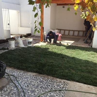 Oficina con jardín riego y pasto