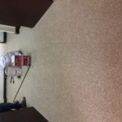 instalacion de alfombra en ofician del decano de la universidad