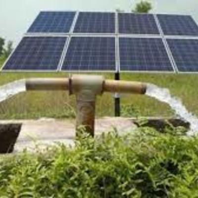 Instalación de bomba de agua solar para riego.
