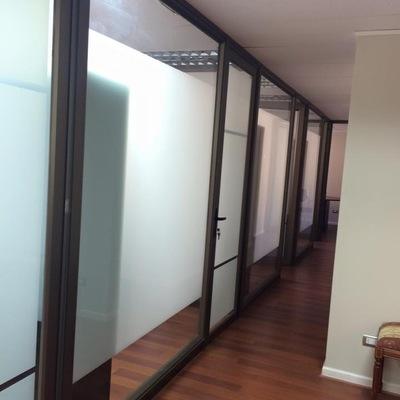 Separadores de oficina con película aislante