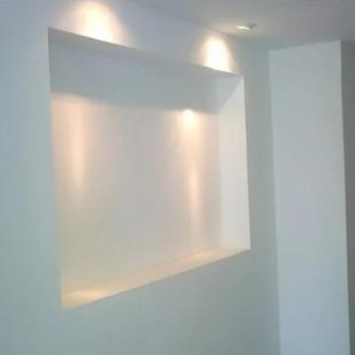 pintura muro y niche de luz
