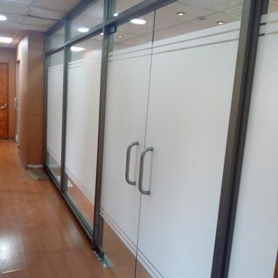 Cierre de oficina color titanio con puertas protex