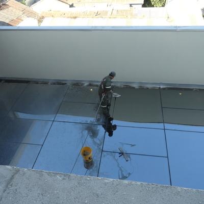 Limpieza de techos de luz en edificios corporativos.