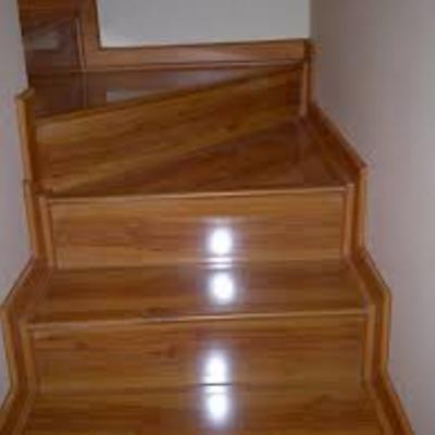 Escalera en piso flotante