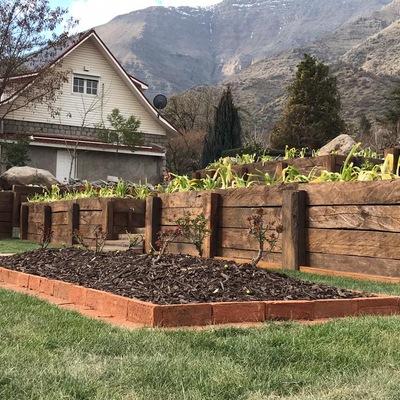 Jardineras de ladrillo y muro de durmientes