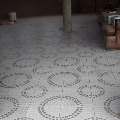 Instalación cerámicos piso rústico con diseño en comedor