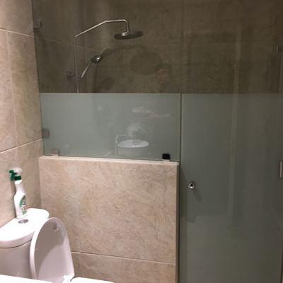 Baños terminado con Shower doors de vidrios Templados