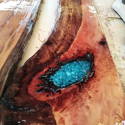 mesa roble piedra incrustada