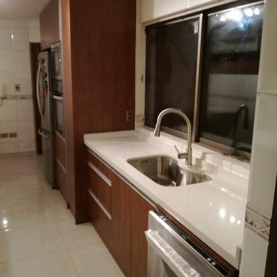 Mueble base con instalación de lavaplato y griferia