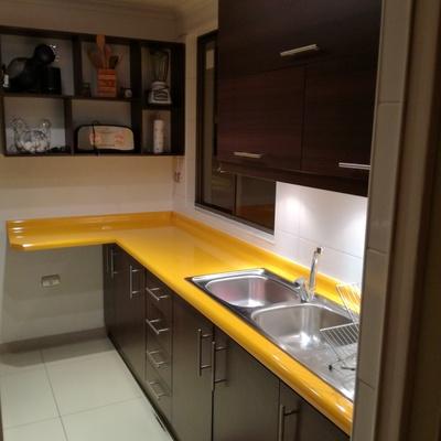 Proyecto de cocina muebles aéreos y base con cubierta amarilla