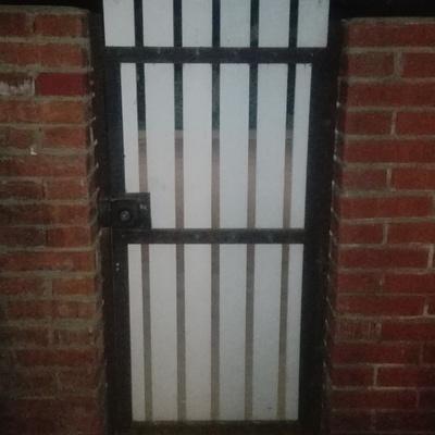 Puerta de madera con Marcos metálico