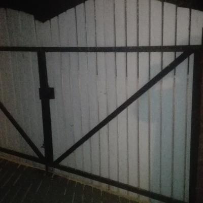 Portón de madera con Marcos metalicos