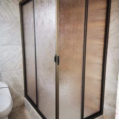 Shower door receptaculo