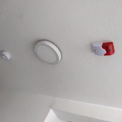 Instalación de sensores de humo y sirenas