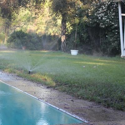 riego borde piscina